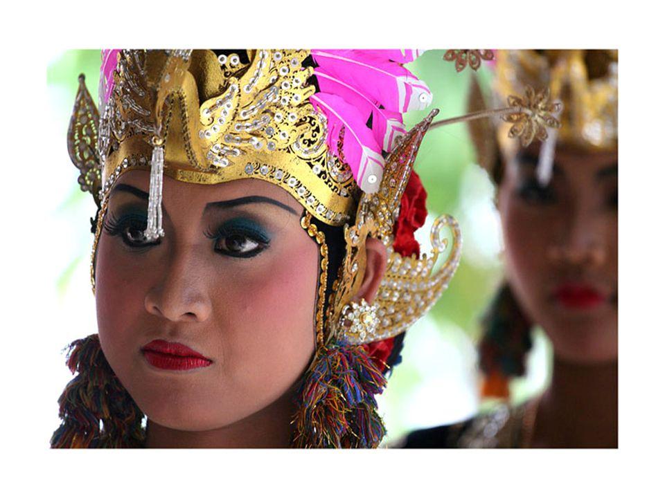La danse,la musique,le masque et le théâtre,tout concours à un envoûtement des sens avec ses personnages divins et ses reines en robe de brocart.