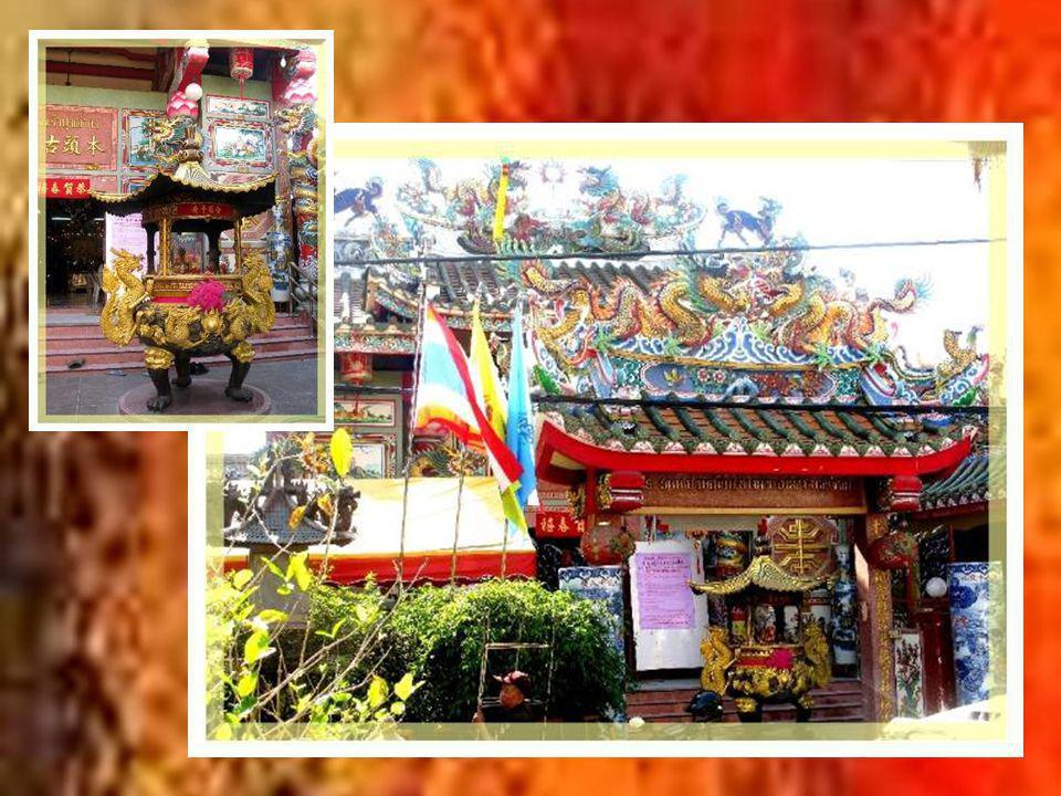 En visitant Warorot, on ne peut manquer ce temple chinois, si caractéristique par sa décoration où le dragon est roi, bien différent des temples thaïs traditionnels…