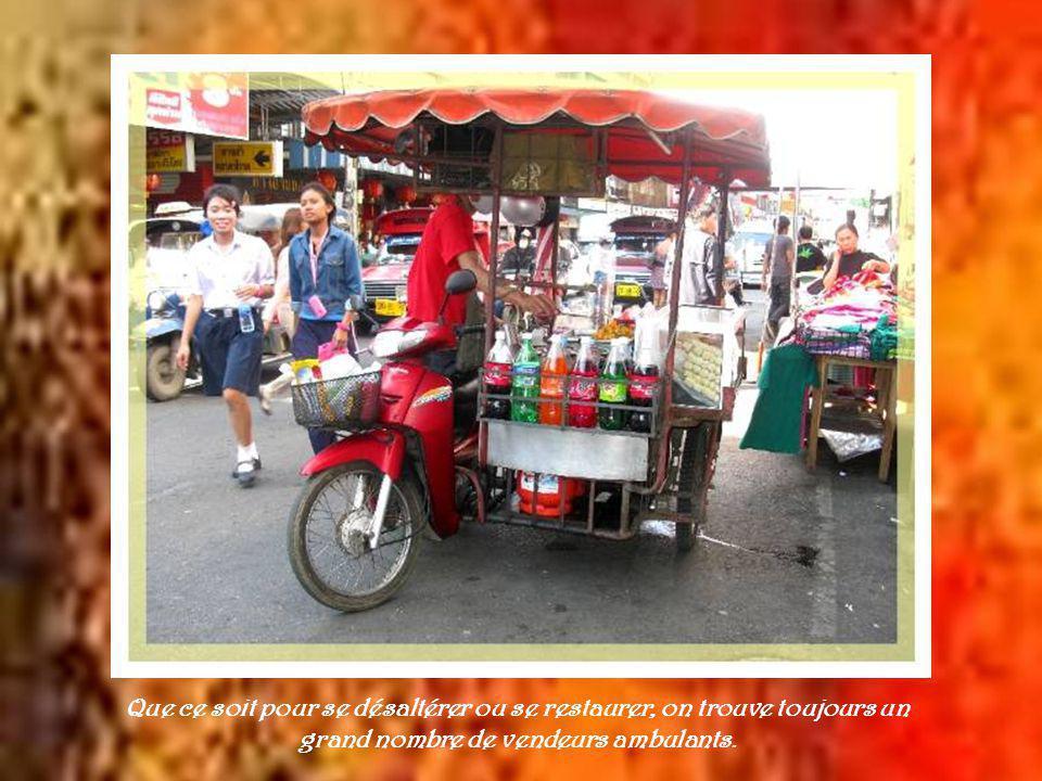 Au centre de Chiang Maï, le marché de nuit, qui ouvre à 18 heures, présente tous les produits de lartisanat régional.