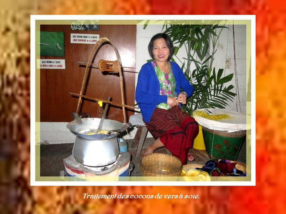 A 13 km de Chiang Maï, après avoir dépassé une multitude de petites fabriques et de boutiques de souvenirs, on atteint le village de San Kamphaeng spécialisé dans la fabrication de la soie et des cotonnades.