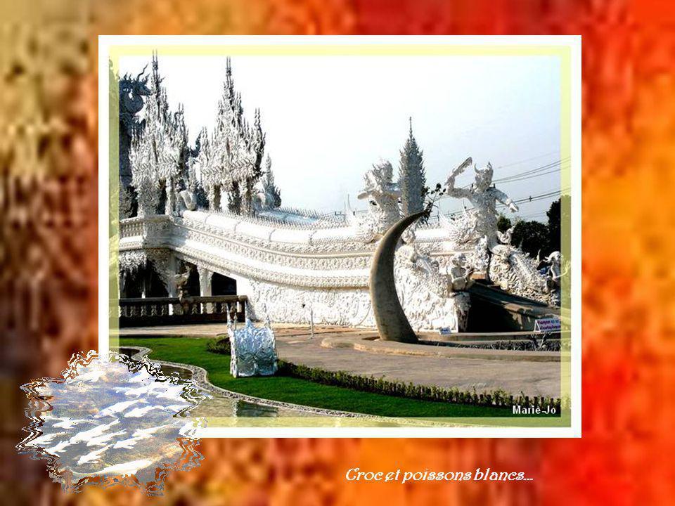 Fort différent de tous les autres temples, celui-ci dune blancheur étincelante se veut le symbole de la pureté du bouddhisme.
