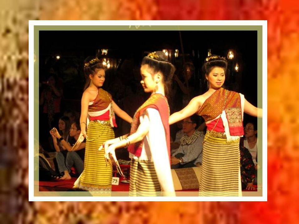 Enfin, il serait impensable de faire un voyage en Thaïlande sans avoir loccasion dadmirer la grâce des danseuses de ce pays.