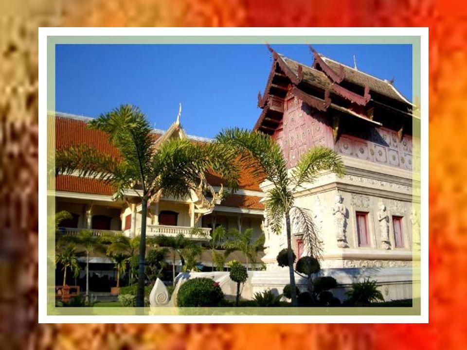 Le Wat Phra Sing Luang (temple du Bouddha Lion) est le temple le plus grand de la ville.
