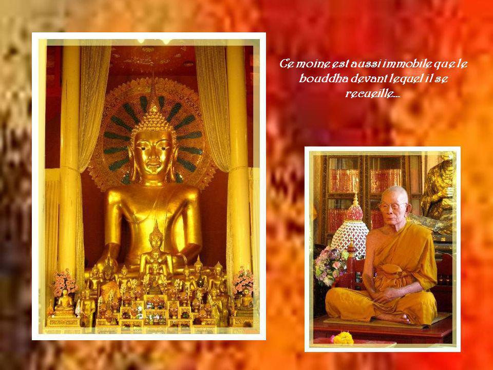 Comme dans tous les temples de la Thaïlande, les dorures dominent.