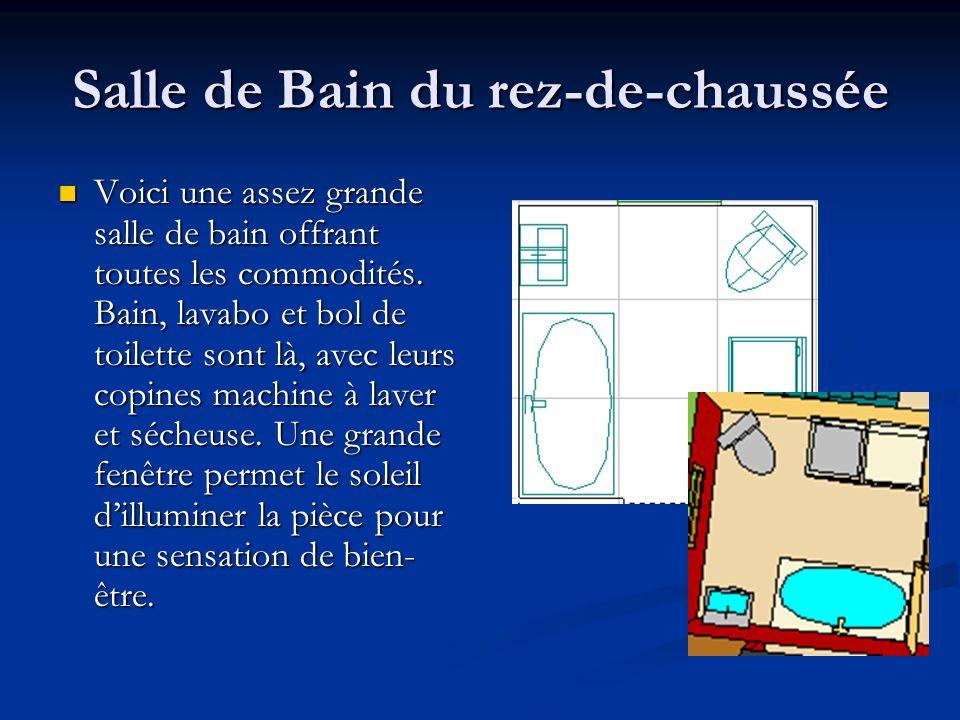Salle de Bain du rez-de-chaussée Voici une assez grande salle de bain offrant toutes les commodités. Bain, lavabo et bol de toilette sont là, avec leu