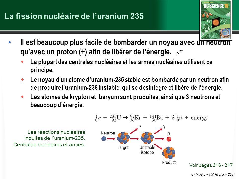 (c) McGraw Hill Ryerson 2007 La fission nucléaire de luranium 235 Il est beaucoup plus facile de bombarder un noyau avec un neutron quavec un proton (