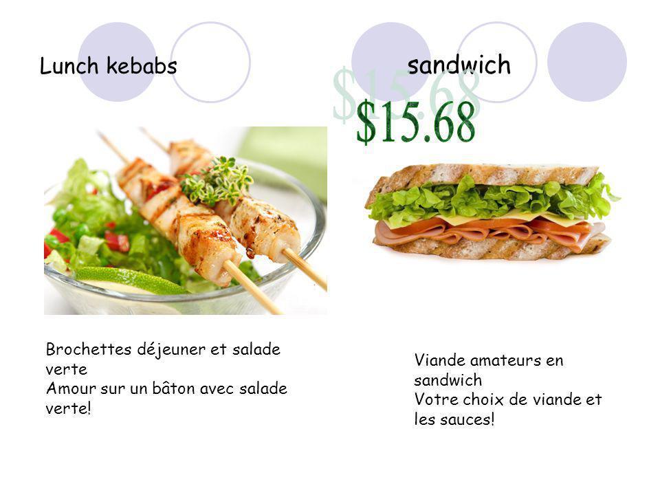 Lunch kebabs sandwich Brochettes déjeuner et salade verte Amour sur un bâton avec salade verte.