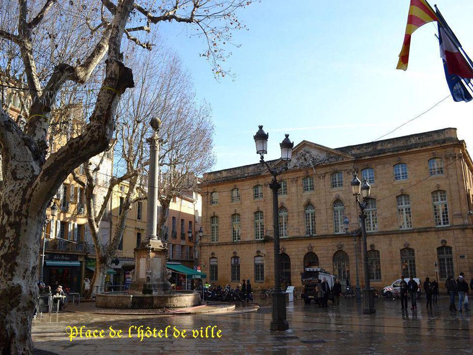 La tour de lhorloge, de lhôtel de ville. Porte sculptée De lhôtel de ville.