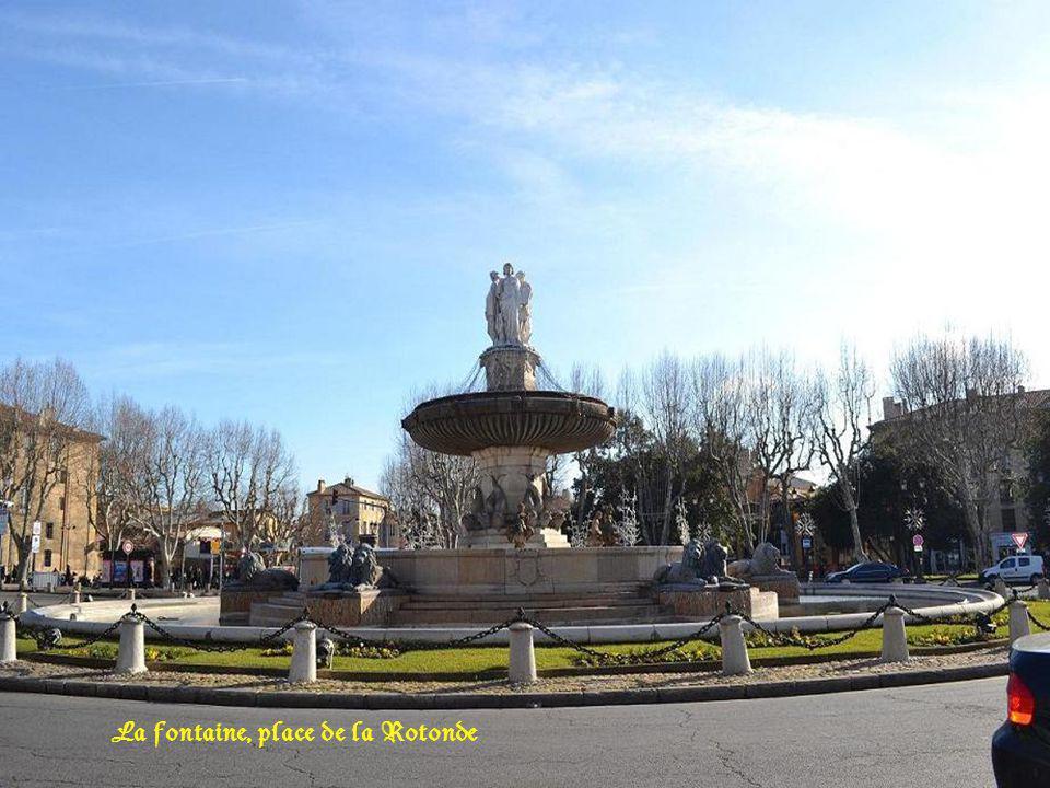 La fontaine, place de la Rotonde