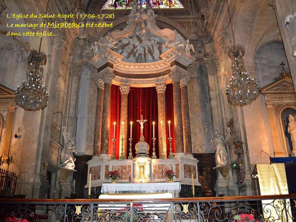 Le clocher et la façade De léglise du Saint-Esprit.