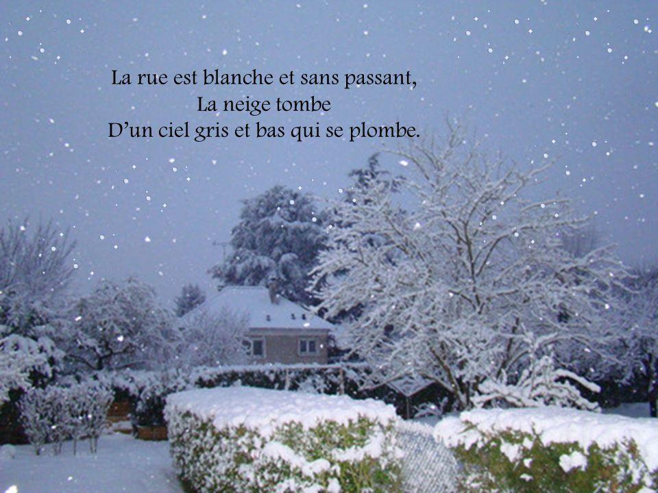 La rue est blanche et sans passant, La neige tombe Dun ciel gris et bas qui se plombe.