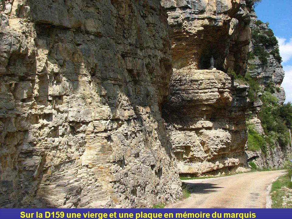 Sur la D159 une vierge et une plaque en mémoire du marquis dAulan