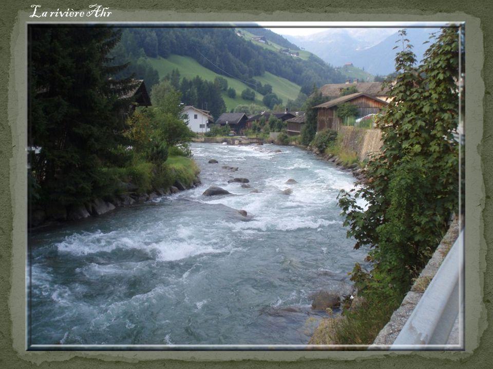 St. Johann (1018m) dans la vallée de lAhr