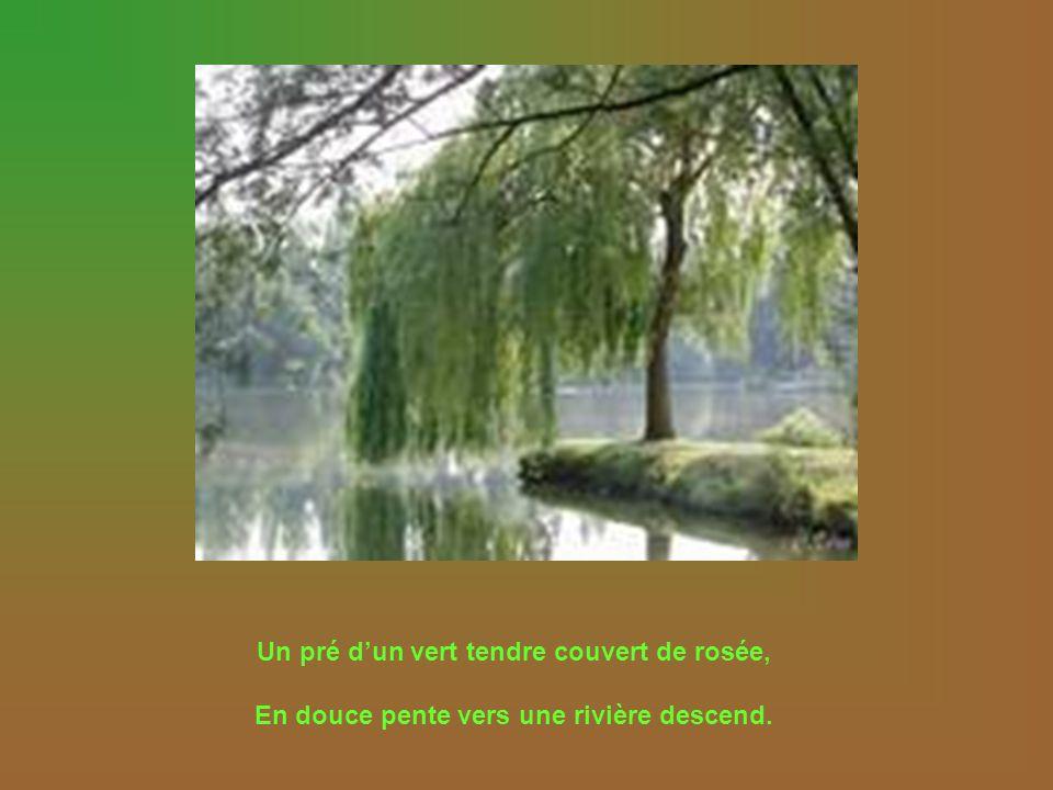 Un pré dun vert tendre couvert de rosée, En douce pente vers une rivière descend.