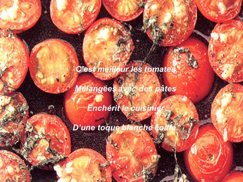 Cest meilleur les tomates Mélangées avec des pâtes Enchérit le cuisinier Dune toque blanche coiffé.