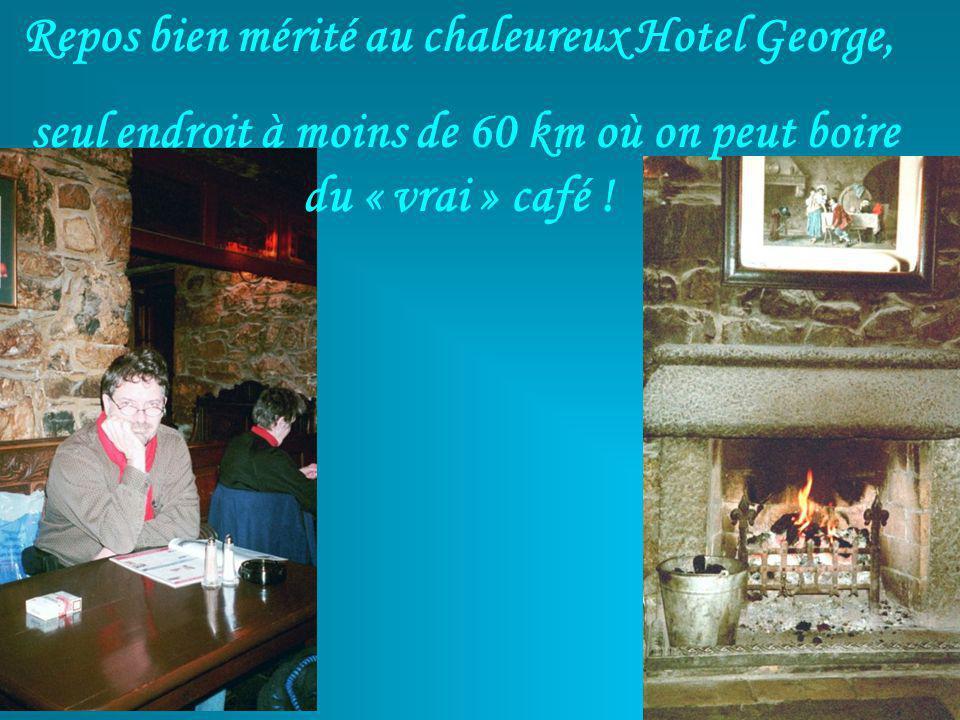 Repos bien mérité au chaleureux Hotel George, seul endroit à moins de 60 km où on peut boire du « vrai » café !