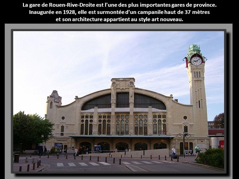 Construite en 1927, la gare de La Baule Escoublac est une véritable imitation d'un manoir Breton ! En témoignent les fenêtres en relief, dites