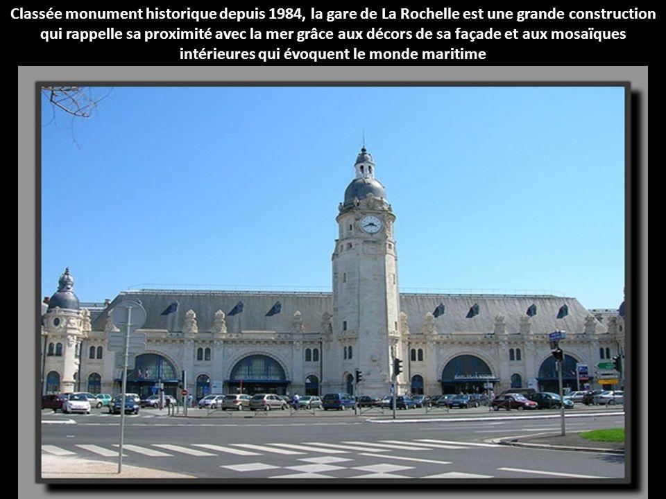 La gare de Tours a été inspirée de l'architecture gréco-romaine, comme en témoigne la façade, semblable au fronton d'un temple, et les représentations