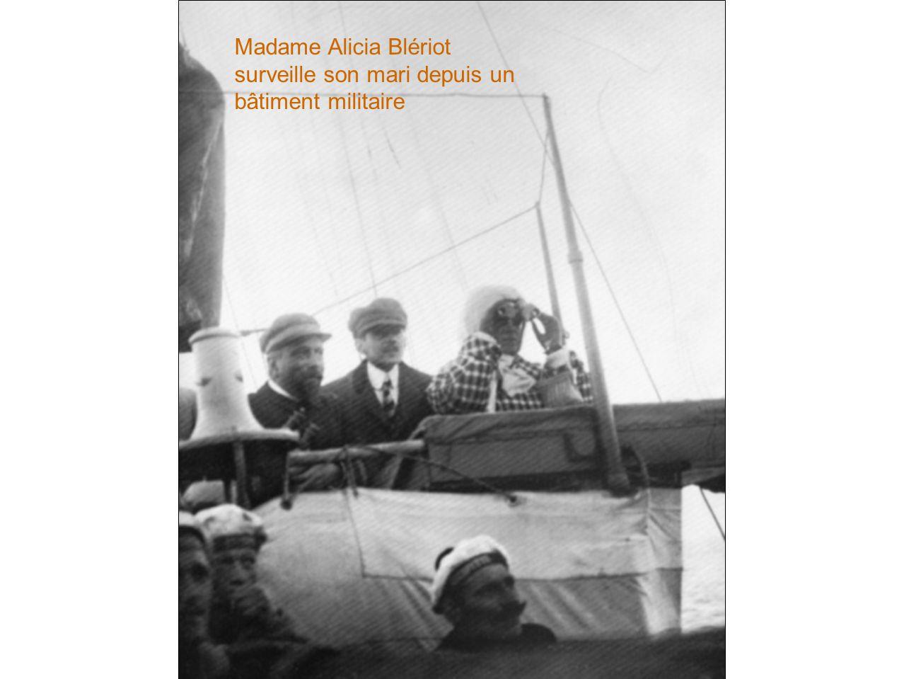 Madame Alicia Blériot surveille son mari depuis un bâtiment militaire