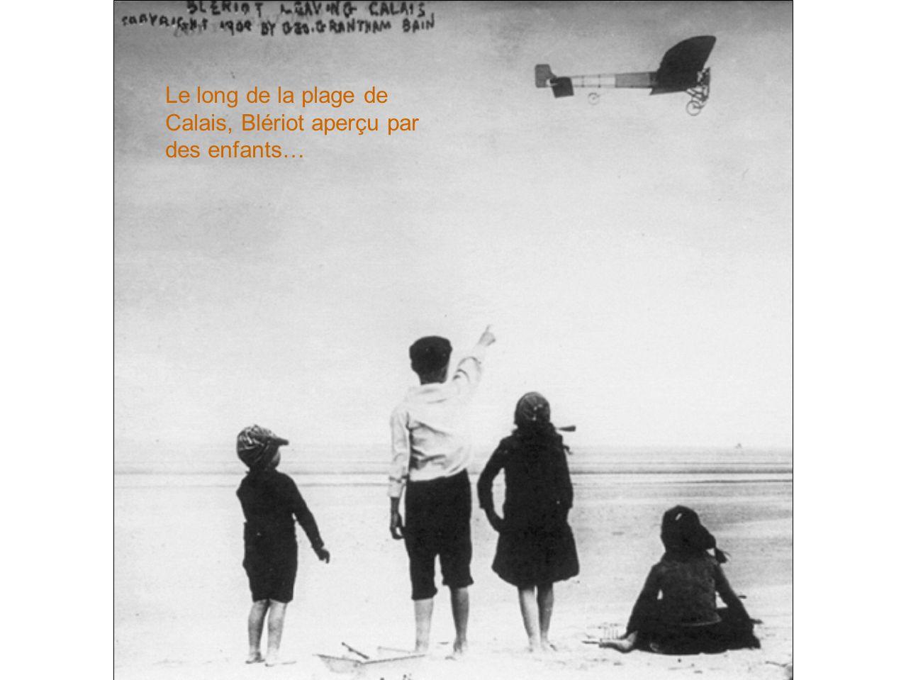 Le long de la plage de Calais, Blériot aperçu par des enfants…