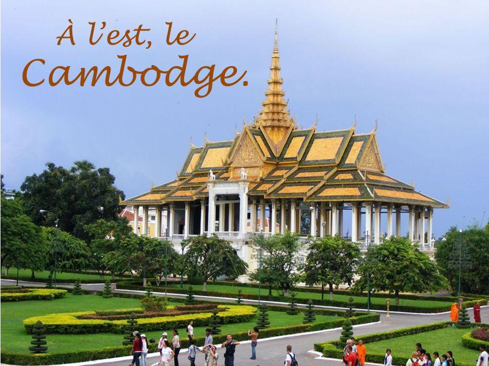 À lest, le Cambodge.