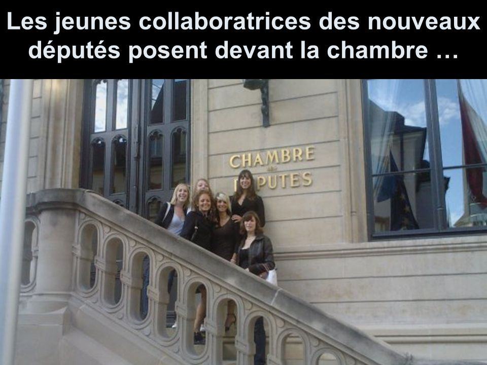 Les jeunes collaboratrices des nouveaux députés posent devant la chambre …