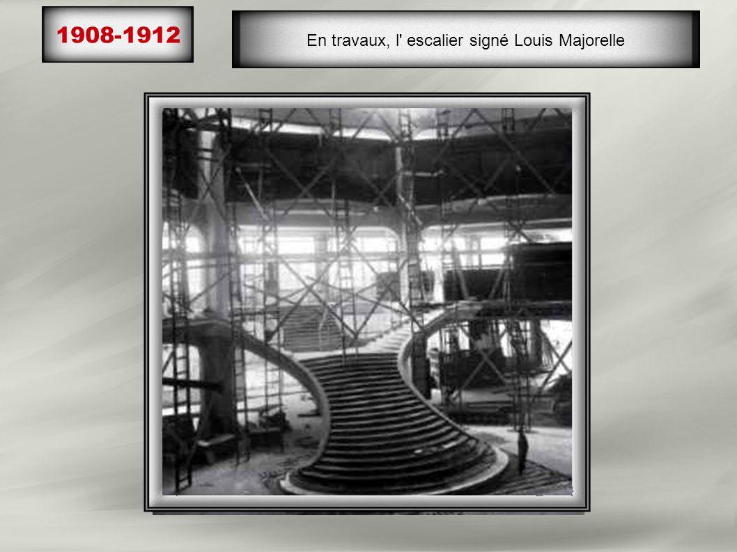 1908-1912 Travaux de la coupole de 33mètres de haut, 10 faisceaux de vitraux peints (maître verrier, J.Gruber), enserrés d' une armature délicatement,