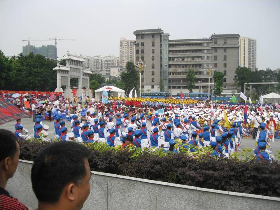 Sur la place devant le Temple des Ancêtres de la famille Chen