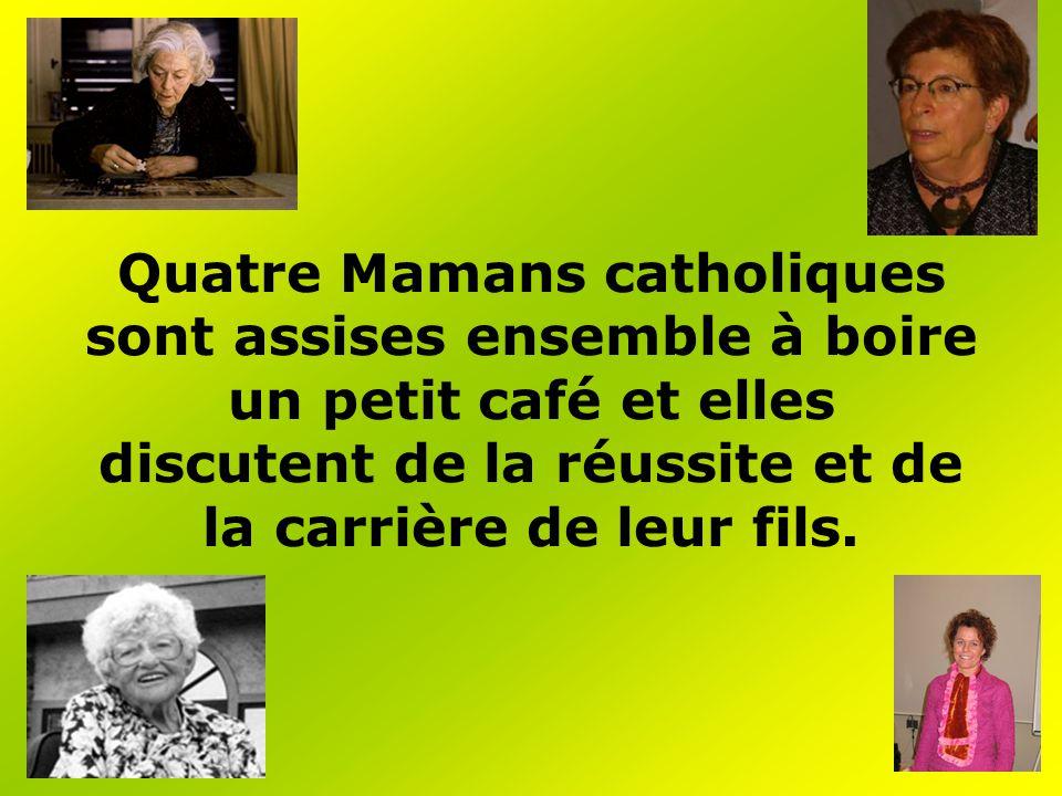Quatre Mamans catholiques sont assises ensemble à boire un petit café et elles discutent de la réussite et de la carrière de leur fils.