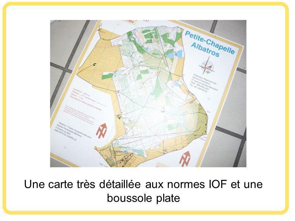 Une carte très détaillée aux normes IOF et une boussole plate