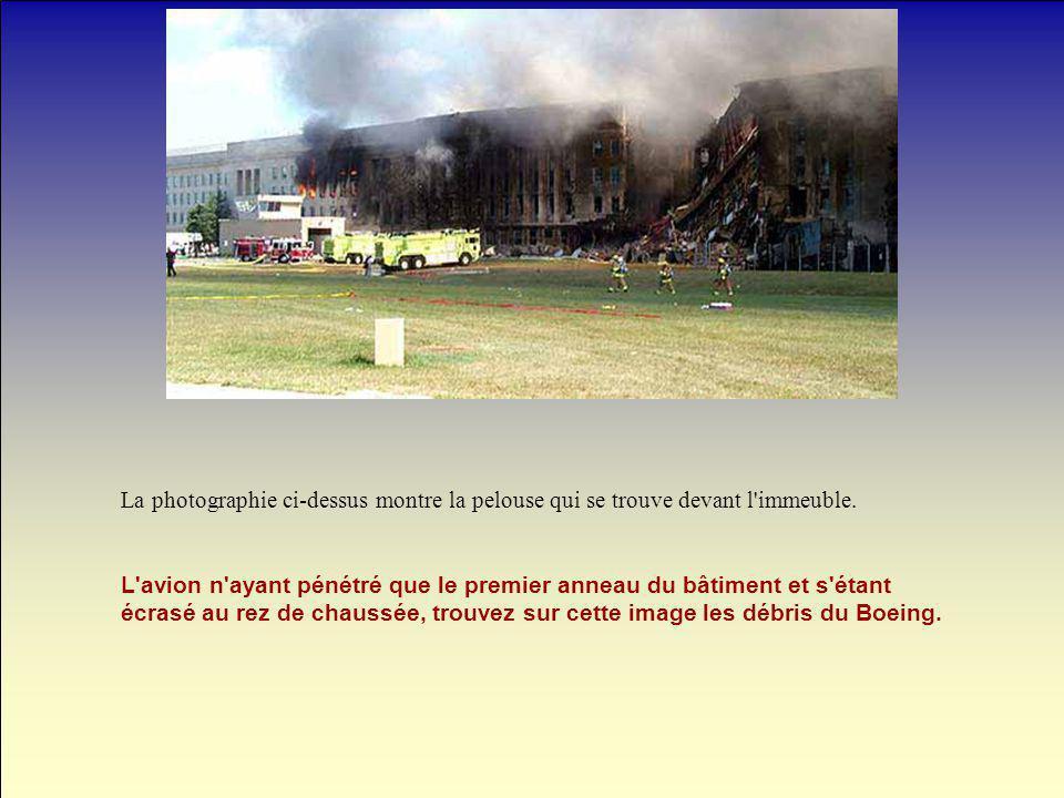 La photographie ci-dessus montre la pelouse qui se trouve devant l'immeuble. L'avion n'ayant pénétré que le premier anneau du bâtiment et s'étant écra