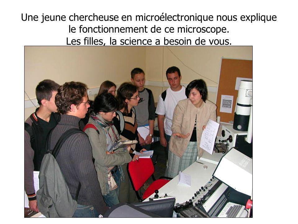 Une jeune chercheuse en microélectronique nous explique le fonctionnement de ce microscope.