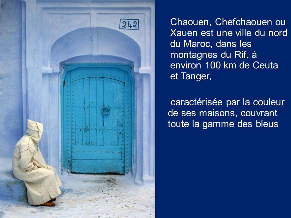 Chaouen, Chefchaouen ou Xauen est une ville du nord du Maroc, dans les montagnes du Rif, à environ 100 km de Ceuta et Tanger, caractérisée par la couleur de ses maisons, couvrant toute la gamme des bleus