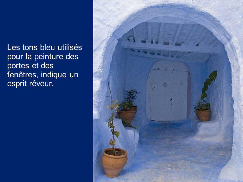 Les tons bleu utilisés pour la peinture des portes et des fenêtres, indique un esprit rêveur.