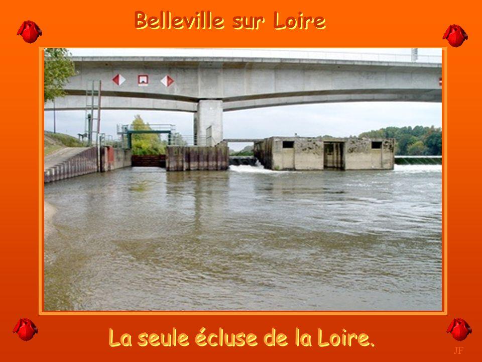 La Centrale visible de loin. JF Belleville sur Loire