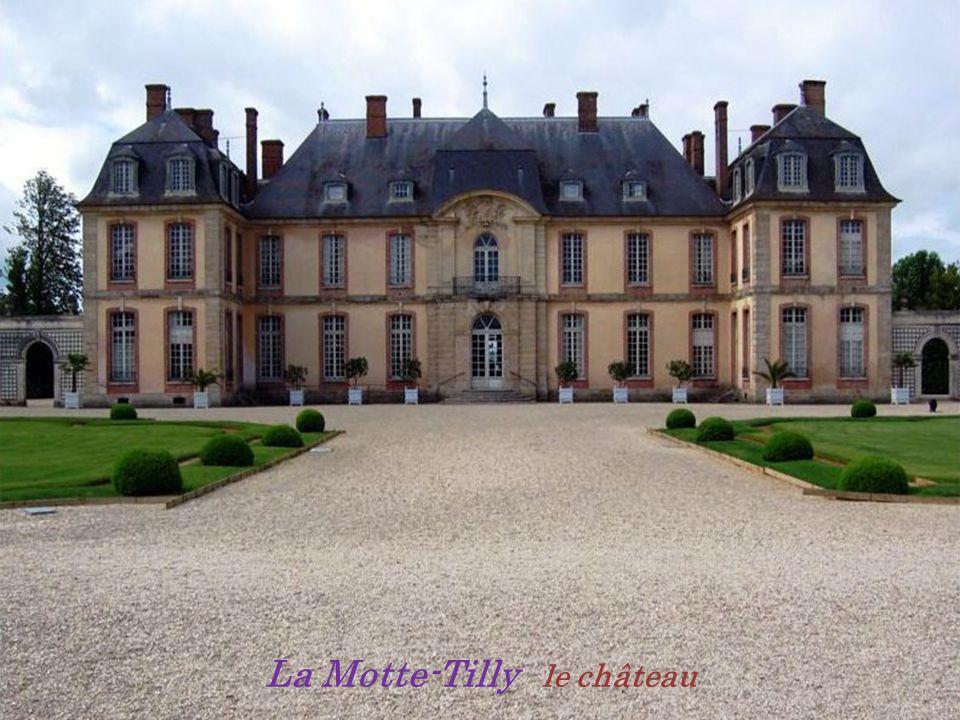 . Rue Pasteur École enfantine Marigny-le-Châtel vers 1900 cartes postales anciennes Entrée du village