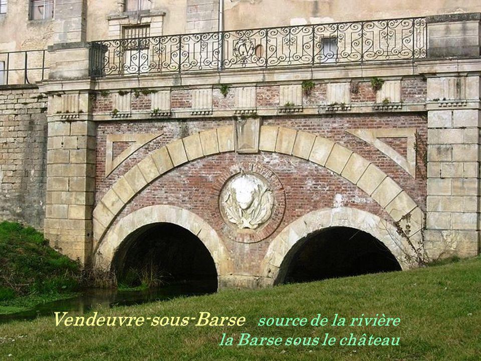 Longchamp-sur-Aujon le lavoir et ses. dix piliers au bord de la rivière lAujon