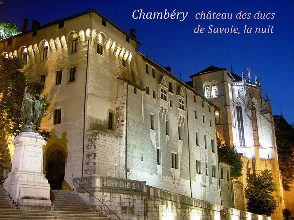 Rue Basse du château, très Chambéry Sainte-Chapelle du château des ancienne rue du XIIe siècle et ducs de Savoie, XVe siècle, a abrité le pont des Sou