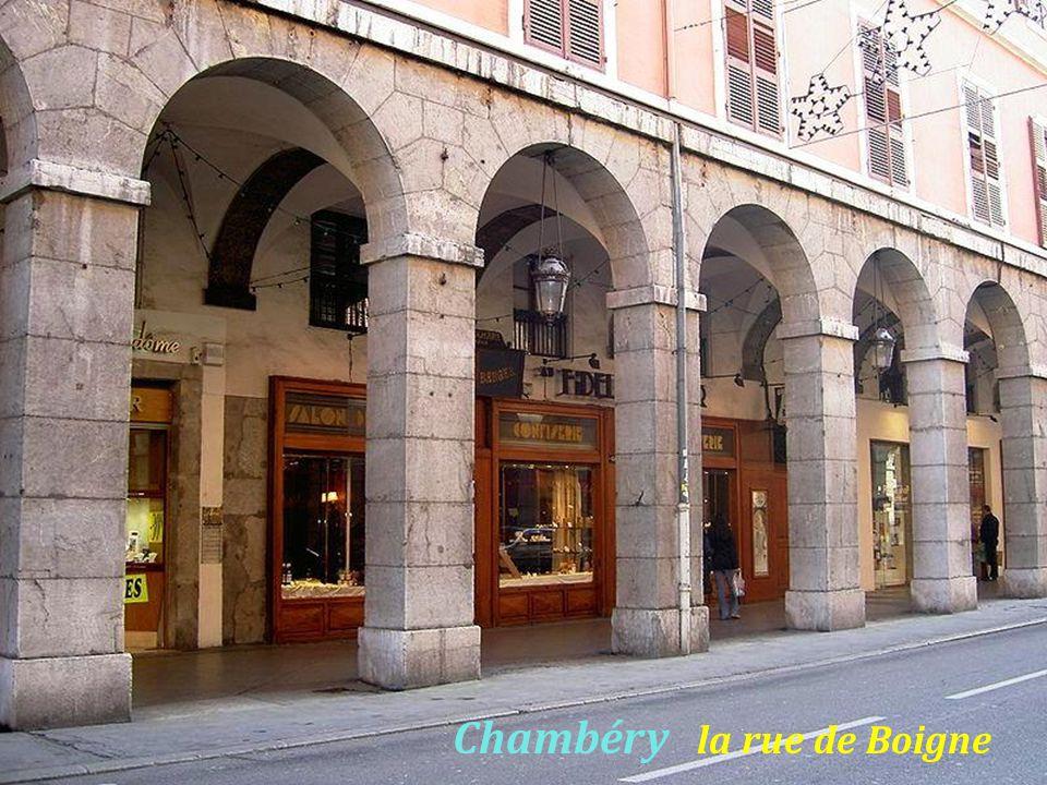 Chambéry le Palais de justice, la nuit, statue de Antoine Favre grammairien, il fut juriste et écrivain, 1557 – 1624