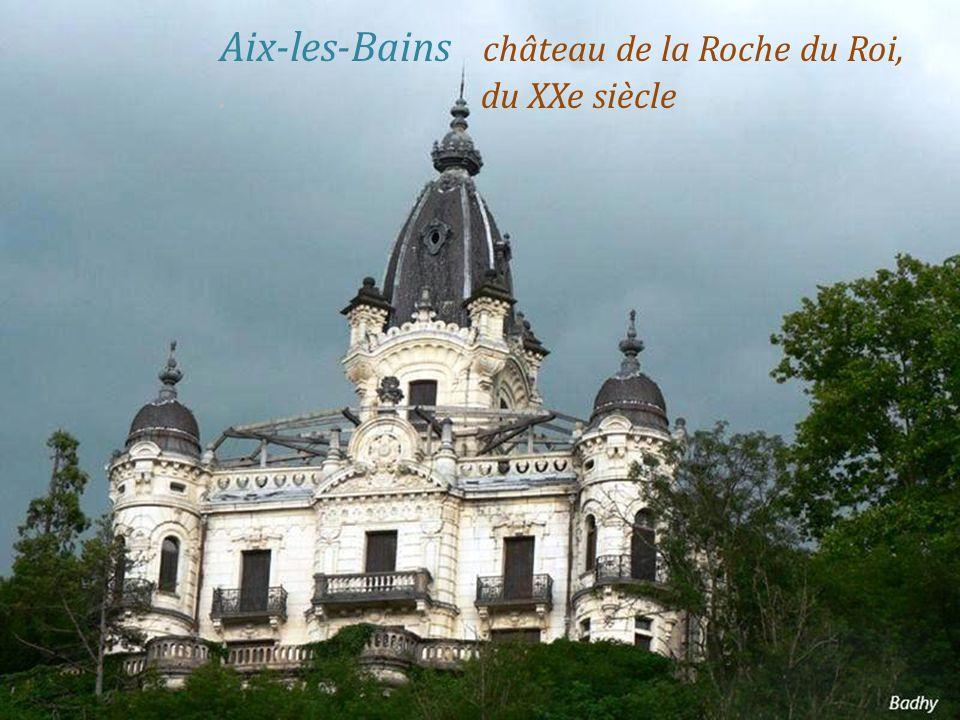 Aix-les-Bains la ville, au fond à droite,. le massif des Bauges