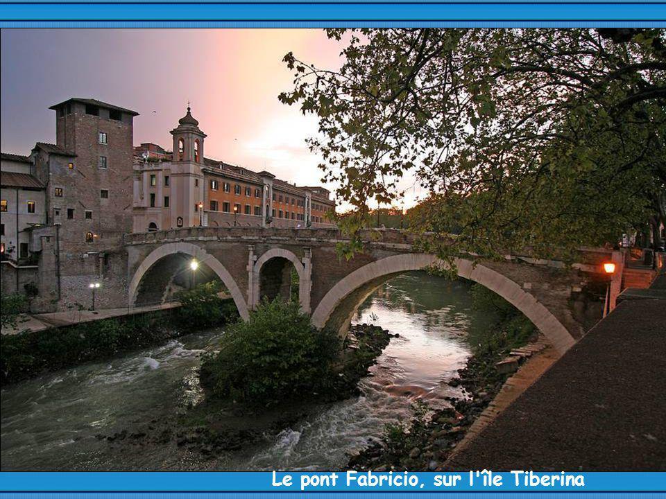Le pont Fabricio, sur l île Tiberina