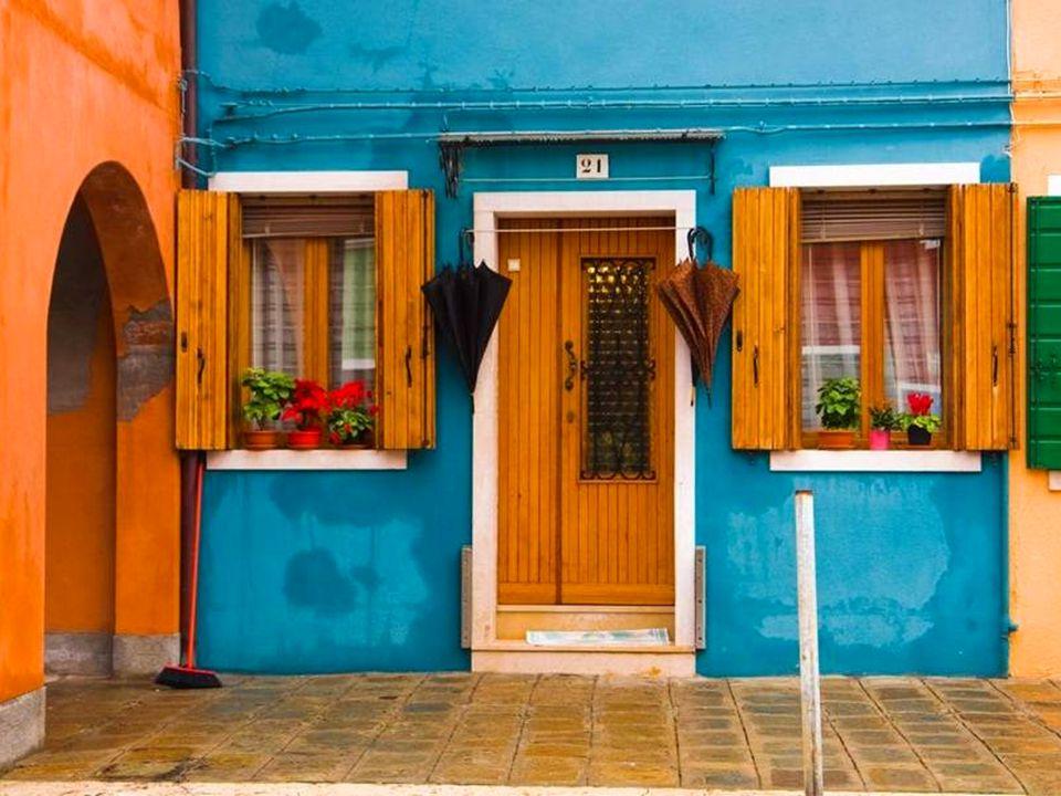 La simplicité de ses habitants, eux pêcheurs et elles brodeuses, ainsi que les couleurs multiples des maisons, font de Burano une île paisible, joyeuse, lumineuse et enchanteresse.