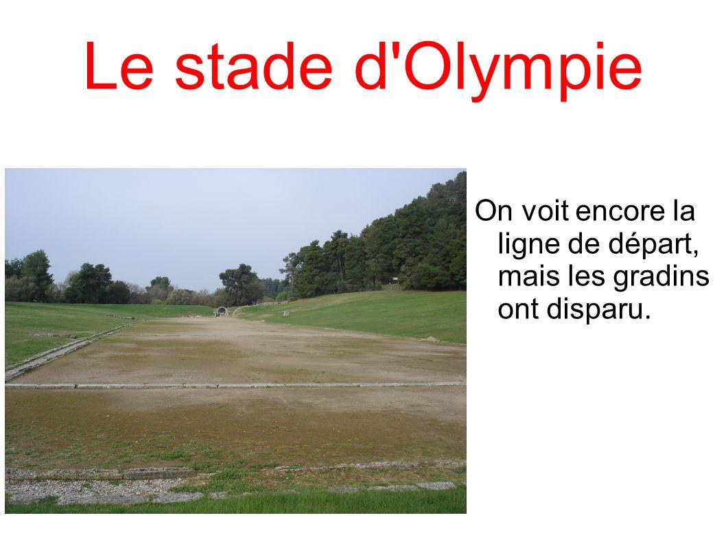 Le stade d'Olympie On voit encore la ligne de départ, mais les gradins ont disparu.