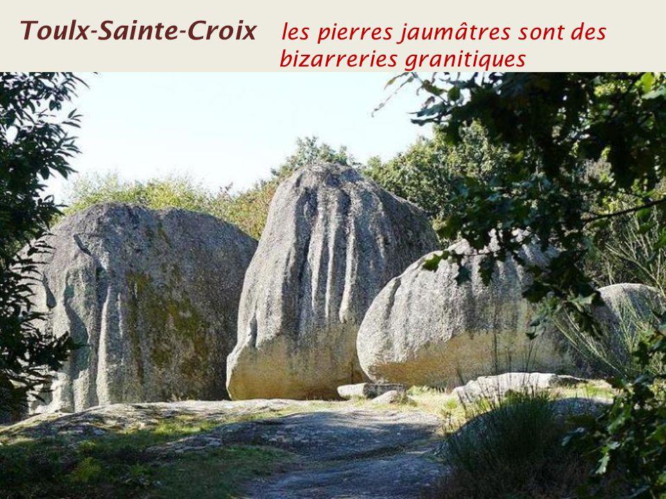 Toulx-Sainte-Croix Léglise avec le clocher séparé Le clocher séparé de léglise
