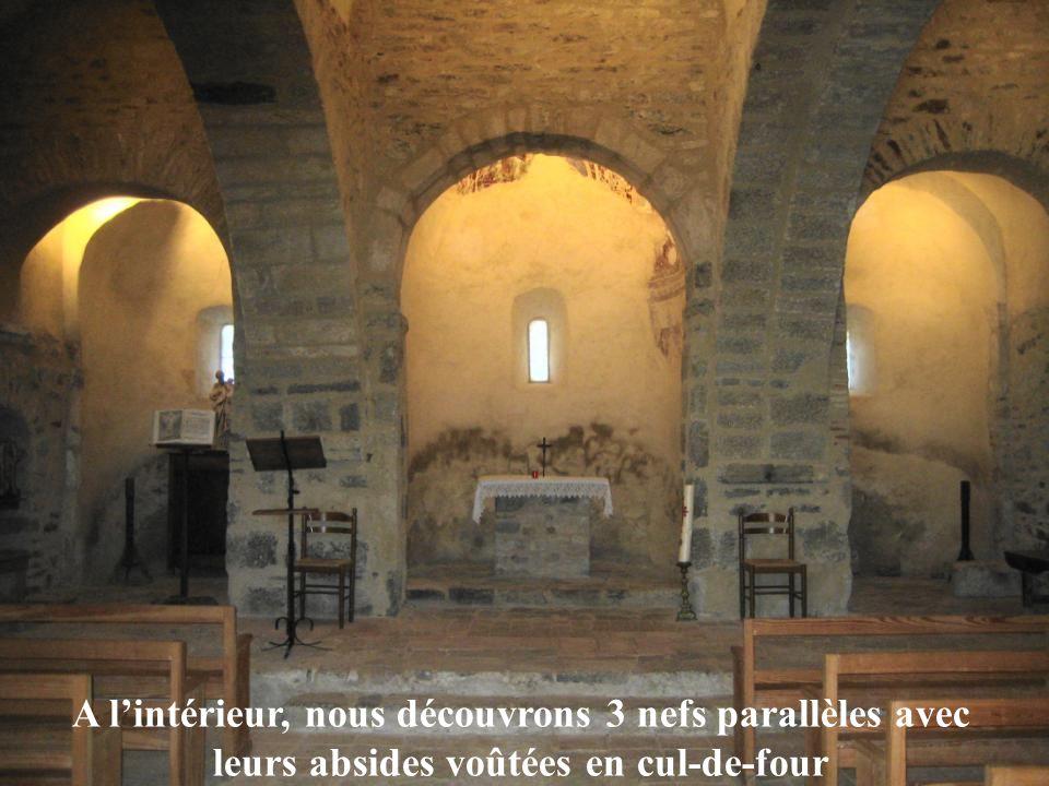 A lintérieur, nous découvrons 3 nefs parallèles avec leurs absides voûtées en cul-de-four