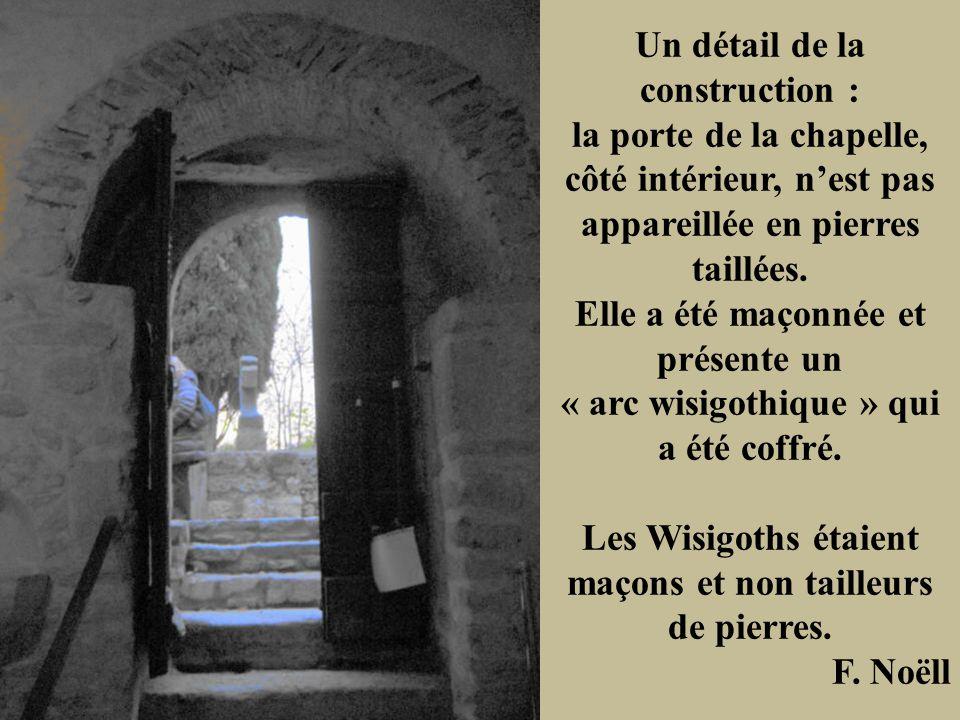 Un détail de la construction : la porte de la chapelle, côté intérieur, nest pas appareillée en pierres taillées. Elle a été maçonnée et présente un «