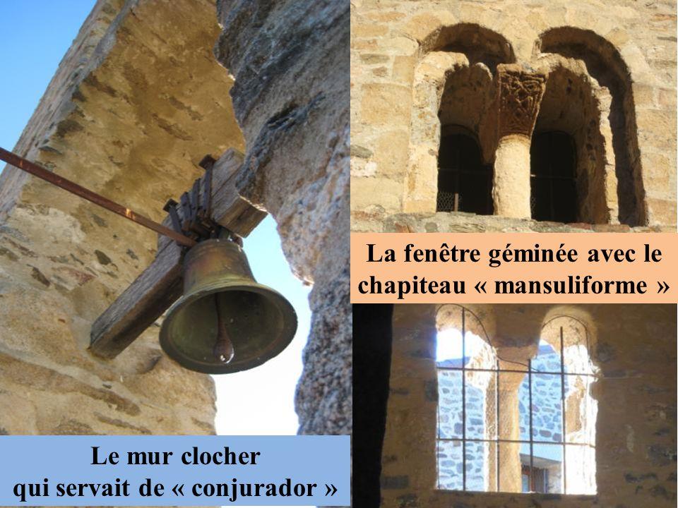 Le mur clocher qui servait de « conjurador » La fenêtre géminée avec le chapiteau « mansuliforme »
