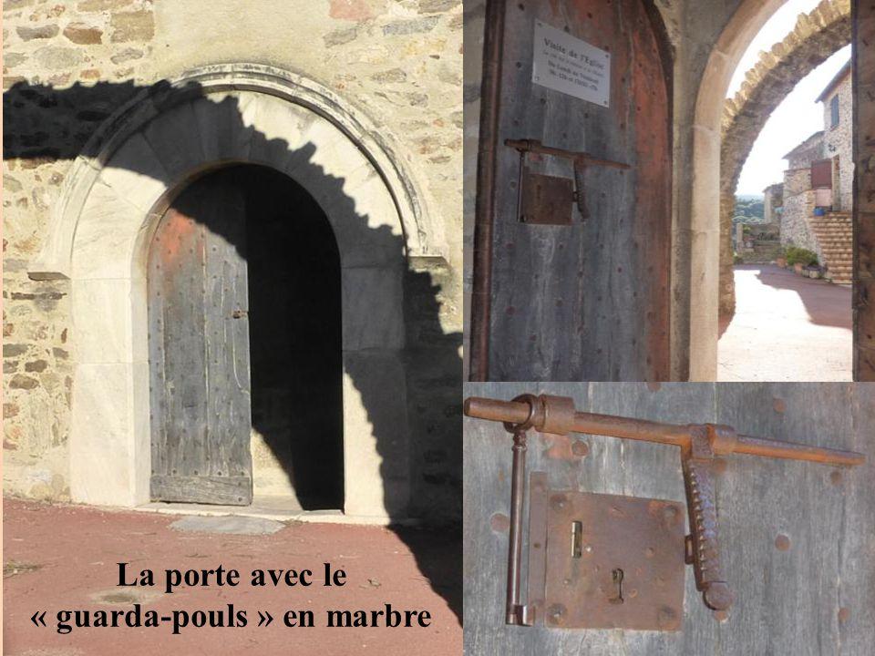 La porte avec le « guarda-pouls » en marbre