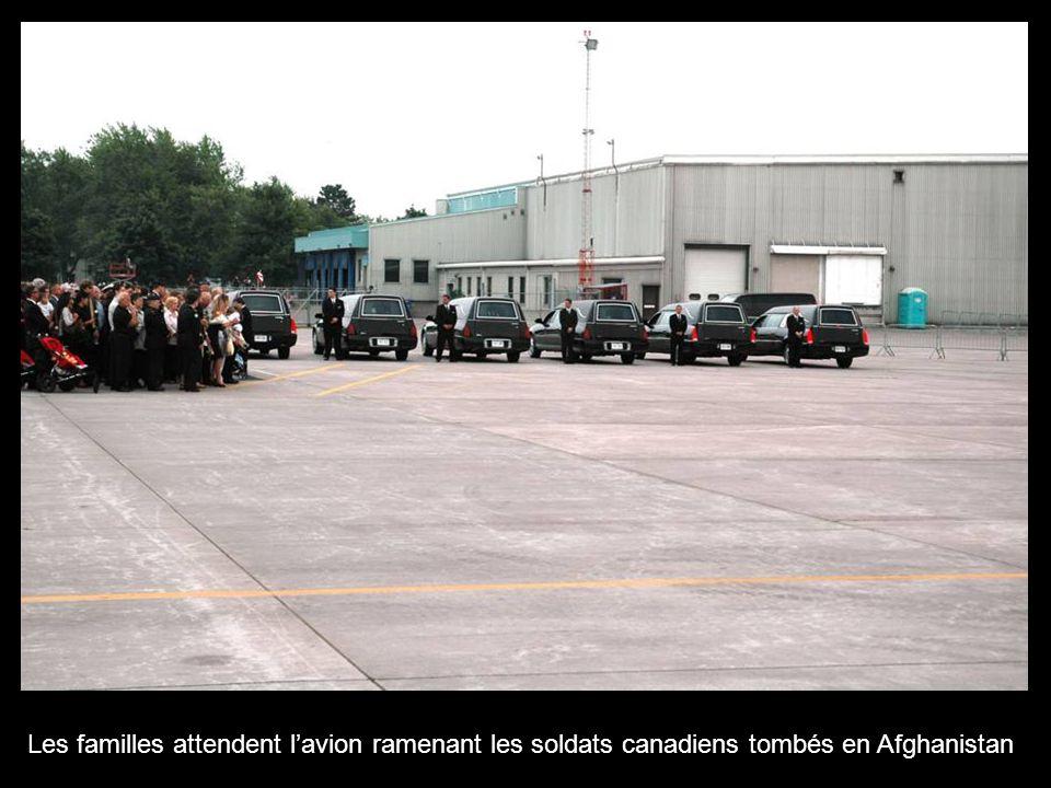 Les familles attendent lavion ramenant les soldats canadiens tombés en Afghanistan