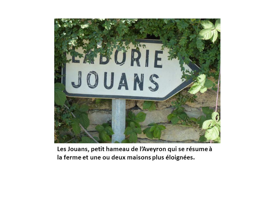 Les Jouans, petit hameau de lAveyron qui se résume à la ferme et une ou deux maisons plus éloignées.
